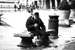 Povertà (MaOrI1563) Tags: maori1563 povertà bw bianconero panchina firenze florence tuscany toscana italia italy duomo piazza