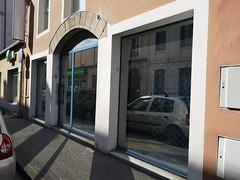 Petite rue et voiture tampon ! bogf (laphotoduxix) Tags: drome 26 façade commerce ancien désertification travaux