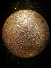 Glitter Ball (ianclarke82) Tags: macro glitter closeup decoration festive christmas xmas huawei huaweip20 android gold ball bauble androidphotography mobilephotography