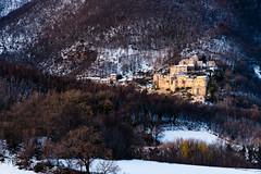Vestignano (luca_pictures) Tags: marche italy borgo neve inverno monti boschi pendio mattino
