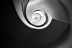 Licht und Schatten (kuestenkind) Tags: schwarzweis berlin treppenhaus treppenauge staircase bnw bw blackandwhite germany