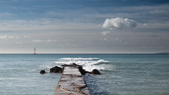 Velero navegando en la bahía de Palma (Miguelnov) Tags: baleares españa islasbaleares palmademallorca barco dique embarcadero mallorca mar mediterráneo naútica nube ola roca vela velero