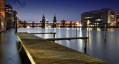 Berlin offshore (FH | Photography) Tags: berlin kreuzberg oberbaumbrücke spree abends blauestunde steg wahrzeichen sehenswürdigkeit hauptstadt fernsehturm skyline hafen wasser stadt brücke gebäude architektur mediaspree deutschland europa anlegestelle ufer holz