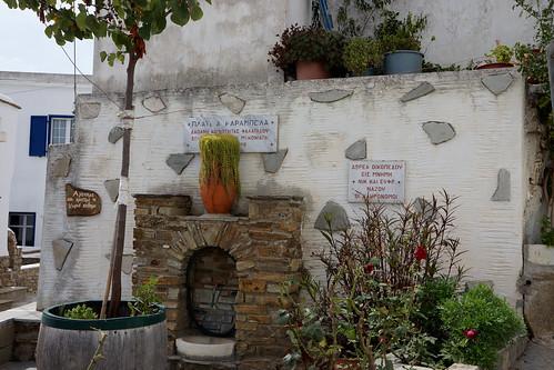 Karabela Square, Falatados, Tinos