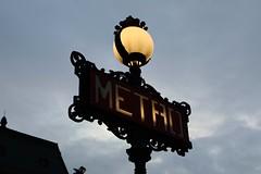 Metro (just.Luc) Tags: streetlight word mot woord wort letters lettres parijs parigi paris îledefrance france frankrijk frankreich francia frança lamp sign