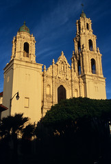 Mission San Francisco de Asís, San Francisco, California (Roger Gerbig) Tags: sanfrancisco california missiondistrict rogergerbig canoneos3 canonef28105f3545 kodake100g slidefilm 135film 35mm fullframe missionsanfranciscodeasís