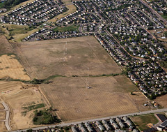 2018_07_18_den-pdx034 (Nfrastructure) Tags: 20180718 denpdx ascent aerial windowseat windowshot aviation flying brown suburb sprawl thornton thontoncolorado denver denvercolorado radio transmitter tower antennas array directional development khow know630