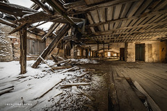 Inside is outside (PhotoByKent) Tags: sony a7 a7iii mark3 photobykent sweden sverige dalarna ilce7m3 7m3 abandoned övergivet övergiven rust rost old gammal ue decay förfall wood trä wire factory snow snö inside outside