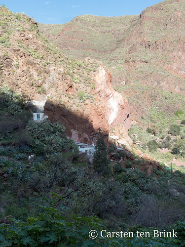 Guayadeque - cliff face with modern cave dwellings and outbuildings