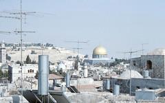 JERUSALEM -OLD CITY- Jer From city walls over houses._LR_2.5-2 (Roger Perriss) Tags: domeoftherock jerusalem photos aerials citywalls houses walkway oldcity templemount mountofolives israel