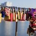 Schlösser hängen als Beweis der Liebe an Hohenzollerbrücke in Köln