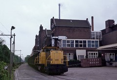 Bussum, 'Jan' met fabriek van Bensdorp (Ahrend01) Tags: bensdorp bussum ns serie 6400 goederentrein