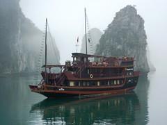 Vietnam - Mist in Ha Long's Bay - Brume dans la Baie d'Ha Long (mda'skaly) Tags: vietnam halongbay brume happyplanet