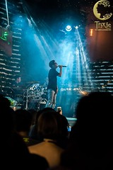 Minishow Bùi Anh Tuấn   Trixie Cafe & Lounge (trixiecafelounge) Tags: trixie trixiecafelounge hanoi vietnam hanoibynight love minishow music liveshow buianhtuan singer artist stage onstage fans idol moments feeling light piano orchestra swing