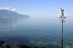 Montreux. Lago Léman (Alfonso Suárez) Tags: alfonsosuárez alfonsosuárezlagares suiza switzerland swiss montreux lago leman escultura paseo maritimo agua azul verde comuna canton vaud francia riviera alpes vevey niño estrella muchtern d7000 léman