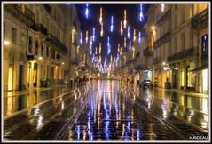 BORDEAUX by night ! : Jeux de lumière (Les photos de LN) Tags: bordeaux ville nouvelleaquitaine gironde portdelalune coursdelintendance avenue rue rails tram lumière illuminations noël pluie effetmiroir bâtiments
