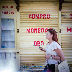 COMPRO ORO (ale2000) Tags: 120 6x6 lca lca120 lomography madrid analog analogphotography analogue candid compromonedas film girl square street streetphotography lomographycolornegative400 filmisnotdead believeinfilm pellicola