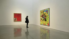 Ajustement des couleurs (Robert Saucier) Tags: newyork newyorkcity manhattan chelsea galerie gallery art tableaux peinture rouge red jaune yellow mur wall reflet reflection personne people plancher floor img4143