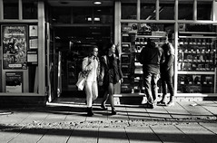 Its a Game (Bury Gardener) Tags: bw blackandwhite monochrome mono burystedmunds britain 2018 nikond7200 nikon england eastanglia people peoplewatching folks suffolk streetphotography street streetcandids snaps strangers candid candids cornhill