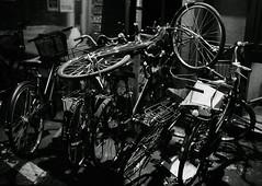 3/4 Wild bike parking (lebre.jaime) Tags: japan tokyo sanngenjaya 日本 東京 三軒茶屋 bicycle bike parking nikon f4 nikkor3514 blackwhite bw pb pretobranco noiretblanc analogic film film135 smallformat