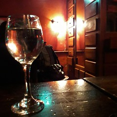 Your whole life is on the other side of the glass. And there is nobody watching. (~Ingeborg~) Tags: meinge amsterdam leidseplein bar pub kroeg wine glazenwijn glass white goingoutwithfrank evening dark rain regen cozy warm whitewine pointsoflight dan