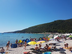 Beach fun (Las Cuentas) Tags: croatia beach fun freetime rabac beachlife life blue sky istrien istria kieselsteinstrand strand meer people adria summer sommer europa labin landscape