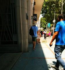 sigo você (lucia yunes) Tags: rua cenaderua fotografiaderua fotoderua mobilephotography mobilephoto motoz3play streetphoto streetshot streetscene streetphotography streetlife lifeinstreet chapéu hat summer verão