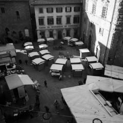 Christmas market - Cortona (Arezzo) -  December 2018 (cava961) Tags: cortona arezzo tuscany analogue analogico monochrome monocromo bianconero bw 6x6