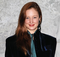 Andrea Riseborough 4 (drno_manchuria (simonsaw)) Tags: suit suited up traje trajeada encorbadata formalwear style lady estilo femme look fille frau mulher girl chick chica mujer pantalon pantalones pants jacket nudo knot corbatita krawatte krawatten cravatta cravata cravatte cravat necktie camicia chemise encorbatada feminine femenina masculine masculina outfit make beauty lips labios rayas stripped sexy formal wear hair con donna wig chaqueta retrato andrea riseborough actress actriz black negro red pelirroja smile male maschile female
