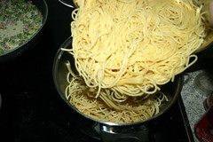 23 - Nudeln zurück in Topf geben / Put noodles back in pot (JaBB) Tags: spaghetti nudeln noodles ham schinken speck speckwürfel bacon dicedbacon scallions frühlingszwiebeln yoghurt joghurt cremefraiche eier eggs sahne cream auflauf nudelaufauf pasta pastabake knoblauch garlic foodl lunch dinner essen nahrung nahrungsmittel mittagessen abendessen kochen cooking rezept recipe kochexperiment kochexperimente küche kitchen foodblog foodblogger