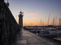 Hafen von Desenzano am Morgen / Desenzano harbour in the morning (wezetauswe) Tags: mft m43 panasonicgf7 gf7 desenzano gardasee lakegarda hafen harbor schiffe boat lake see leuchtturm lighthouse morning morgen italy italien