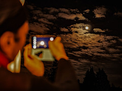 Voici venir 2019 ! (Jean-Marie Lison) Tags: eos80d sigmaart bruxelles anderlecht réveillon lune smartphone ciel nuages