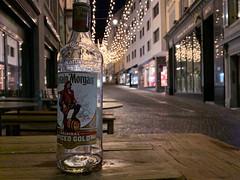 Captain Morgan on Tour (Toni_V) Tags: iphone iphonexr weihnachtsbeleuchtung dof bokeh city stadt street bootle flasche kuttelgasse zurich zürich switzerland schweiz suisse svizzera svizra europe sundaymorningphototour ©toniv 2018 181223 iphoneography captainmorgan rum