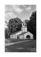 (Oeil de chat) Tags: nb bw monochrome 35mm film pellicule argentique kodak trix voigtlander bessa r2a colorskopar église slovénie narin paysage architecture voyage