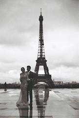 Jeunes mariés (leniners) Tags: 2017 france paris tour bw nb noir black white kodak trix 400 kodaktrix400 leica m6 leicam6