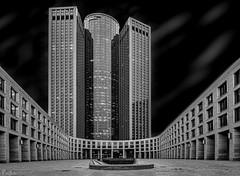 Tower 185 (pen3.de) Tags: frankfurt germany hochhaus büros schwarzweis monocrome hoch stadtansicht fenster innenhof rund und eckig