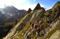 Camminando per terre alte. (stefano.chiarato) Tags: montagne mountains valleaurina sentiero escursioni escursionisti trentinoaltoadige italy paesaggio panorami landscape pentax pentaxk70 pentaxflickraward