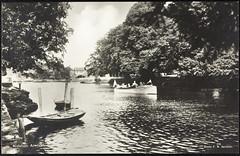 Postkort fra Agder (Avtrykket) Tags: bolighus brygge båt hus motorbåt postkort pram vassdrag arendal austagder norway nor