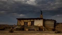 Cerca (dnieper) Tags: bardenas cabaña panorámica navarra spain españa cielotormentoso