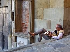L'antiquaire (Jolivillage) Tags: jolivillage ville town città arezzo toscane tuscany toscana italie italia italy europe europa streetphotography homme man uomo geotagged