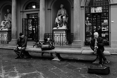 Piazza del Duomo (Pierrot le chat) Tags: firenze italia florence italy streetphotography scènederue blackandwhite noiretblanc saxophone piazzadelduomo