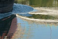 Abstrait à l'eau (Corinne Queme) Tags: eau reflet abstrait bateau sillage marne maisonsalfort france automne