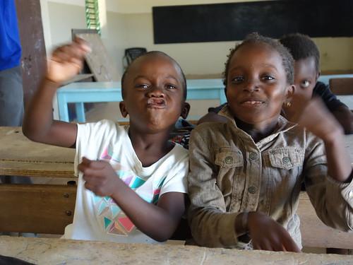 Les enfants de l'école étaient très heureux de se faire prendre en photos