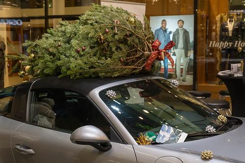 Geschmückter Weihnachtsbaum auf Autodach eines Cabriolets