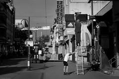 Byle utrzymać POZIOM... - Chorzów 2018 (Tu i tam fotografia) Tags: blackandwhite noiretblanc enblancoynegro inbiancoenero bw monochrome czerń biel czerńibiel noir czarnobiałe poziom pion horizontal vertical drabina ladder ulica street streetphoto fotografiauliczna streetphotography miasto city town polska poland człowiek ludzie man people wyświetlacz display montaż outdoor nike adidas latarnia lantern lamp lampa