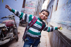 Boy with Apple in Old Varanasi (phil.w) Tags: pentax k1 limited lens india uttar pradesh varanasi old city backalley boy student happy confident apple arms open smcpfa31mmf18 fa31 31mm street portrait candid