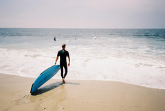 Laguna Beach (cranjam) Tags: ricoh gr1 gr1v film kodak ektar100 usa unitedstatesofamerica california lagunabeach ocean oceano pacificocean oceanopacifico beach spiaggia surf surfboard surfer statiunitidamerica