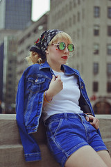 Júlia (TheJennire) Tags: photography fotografia foto photo canon camera camara colours colores cores light luz young tumblr indie teen adolescentcontent people portrait blonde retro 80s indianapolis indiana usa eua 2018 50mm summer jeans makeup curlyhair fashion ootd outfit bandana sunglasses