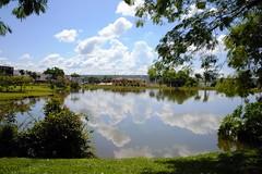 DSC_3551 (2) (Proflázaro) Tags: brasil goiás cidade jataí parque parqueecológicodiacuy lagodiacuy nuvem reflexo gramado cerrado árvoredocerrado construção arquitetura engenharia viagem natureza ecologia nikond3100