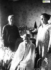 tm_6053 (Tidaholms Museum) Tags: svartvit positiv fotografier gruppfoto människor interiör möbler uppvaktning blomvas